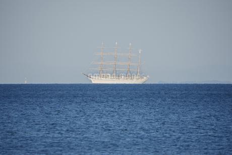 遠方の水平線上に見える帆船の写真素材 [FYI04591281]