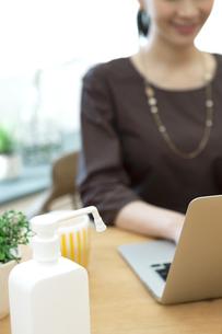 パソコンを操作する女性の写真素材 [FYI04591304]