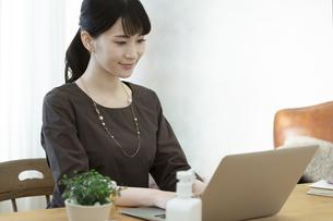 パソコンを操作する女性の写真素材 [FYI04591308]