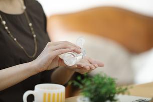 手を除菌する女性の写真素材 [FYI04591312]