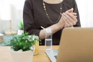 手を除菌する女性の写真素材 [FYI04591315]