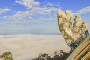 神の手(ゴールデンブリッジ)と雲海 バーナーヒルズ ベトナム ダナンの写真素材 [FYI04591426]