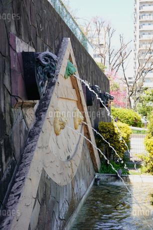 後楽園駅前、美しい噴水のある礫川公園(れきせんこうえん)の写真素材 [FYI04591482]