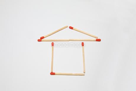 マッチ棒で造った家の写真素材 [FYI04591489]