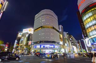 東京都中央区 夜の銀座通りの賑わいの写真素材 [FYI04591507]