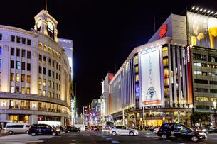 東京都中央区 夜の銀座通りの賑わいの写真素材 [FYI04591509]