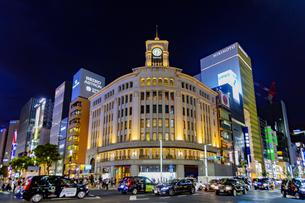東京都中央区 夜の銀座の賑わいの写真素材 [FYI04591510]