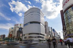 東京都中央区 銀座通りの賑わいの写真素材 [FYI04591514]