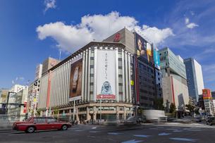 東京都中央区 銀座通りの賑わいの写真素材 [FYI04591515]