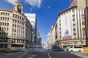東京都中央区 銀座通りの賑わいの写真素材 [FYI04591522]