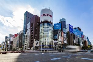 東京都中央区 銀座通りの賑わいの写真素材 [FYI04591525]