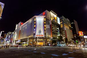 東京都中央区 夜の銀座通りの雑踏の写真素材 [FYI04591540]