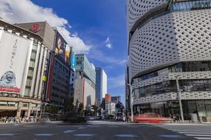 東京都中央区 銀座通りの賑わいの写真素材 [FYI04591541]