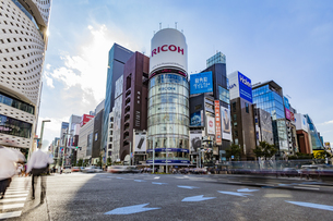 東京都中央区 銀座通りの賑わいの写真素材 [FYI04591542]