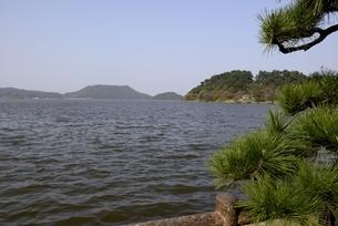 鳥取,青空の湖山池の写真素材 [FYI04591668]