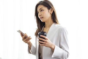 スマートフォンを持つ30代ビジネスウーマンの写真素材 [FYI04591772]