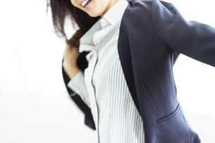 ジャケットを着るビジネスウーマンの写真素材 [FYI04591782]