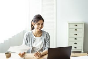 テレワークをする30代日本人女性の写真素材 [FYI04591791]