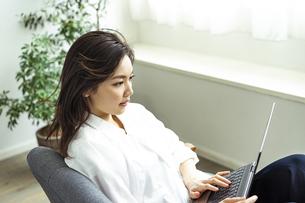 ノートパソコンを見る30代日本人女性の写真素材 [FYI04591803]