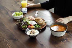 食事をする女性の手元の写真素材 [FYI04591807]