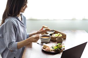 食事をする女性の写真素材 [FYI04591815]