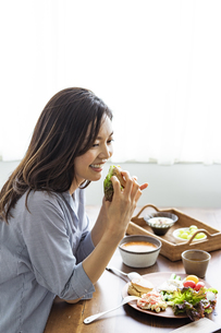 食事をする女性の写真素材 [FYI04591819]