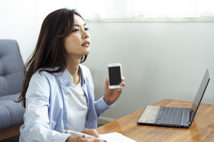 テレワークをする30代日本人女性の写真素材 [FYI04591824]