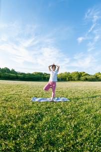 公園でヨガをする女性の写真素材 [FYI04591963]