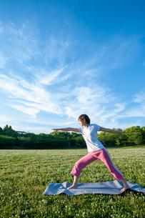 公園でヨガをする女性の写真素材 [FYI04591966]