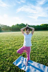 公園でヨガをする女性の写真素材 [FYI04591967]