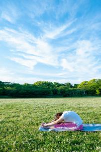 公園でヨガをする女性の写真素材 [FYI04591973]