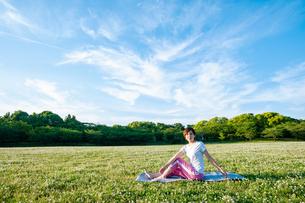 公園でヨガをする女性の写真素材 [FYI04591975]