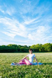 公園でヨガをする女性の写真素材 [FYI04591976]