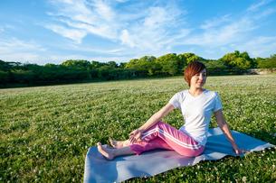公園でヨガをする女性の写真素材 [FYI04591977]
