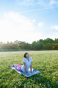 公園でヨガをする女性の写真素材 [FYI04591978]