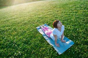 公園でヨガをする女性の写真素材 [FYI04591980]