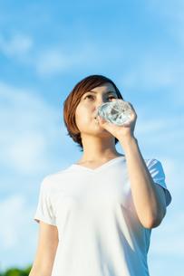 水分補給をする女性の写真素材 [FYI04591985]