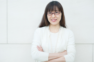 腕を組んで微笑む女性の写真素材 [FYI04592103]