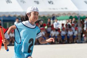 運動会で走る女の子の写真素材 [FYI04592187]