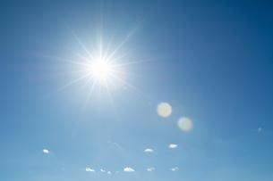 青空と太陽光線の写真素材 [FYI04592200]
