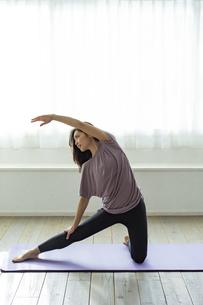 ストレッチをする30代日本人女性の写真素材 [FYI04592249]