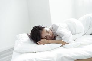 ベッドで眠る30代日本人女性の写真素材 [FYI04592254]