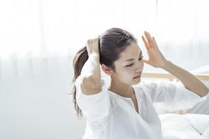 髪を結う30代日本人女性の写真素材 [FYI04592266]