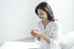 スマートフォンを見る30代日本人女性の写真素材 [FYI04592267]
