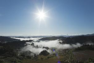 星峠の棚田の雲海と太陽の写真素材 [FYI04592421]