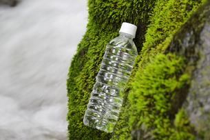 ミネラルウオーターと渓流の写真素材 [FYI04592650]