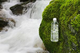 ミネラルウオーターと渓流の写真素材 [FYI04592651]