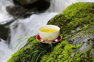 日本茶と渓流の写真素材 [FYI04592652]