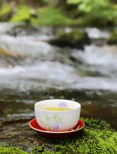 日本茶と渓流の写真素材 [FYI04592655]