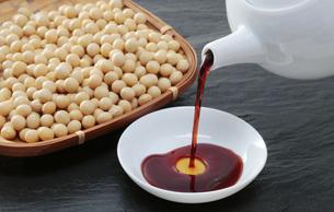 醤油と大豆の写真素材 [FYI04592662]